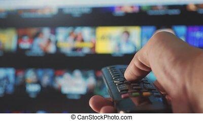 contrôle, concept, service., cinéma, main., remote., ruisseler, vidéo, apps, fermé, commandes, tenue, internet, intelligent, ligne, main, tv., style de vie, homme, éloigné, virage, mâle