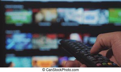 contrôle, concept, service., cinéma, main., remote., ruisseler, vidéo, tv, apps, commandes, tenue, internet, éloigné, intelligent, ligne, main, tv., fermé, homme, style de vie, virage, mâle