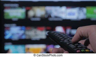 contrôle, concept, service., cinéma, main., remote., ruisseler, vidéo, tv, apps, commandes, tenue, internet, éloigné, intelligent, ligne, main, tv., style de vie, homme, fermé, virage, mâle