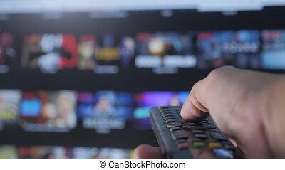 contrôle, concept, service., cinéma, main., remote., ruisseler, vidéo, tv, apps, fermé, commandes, tenue, internet, intelligent, ligne, main, tv., style de vie, homme, éloigné, virage, mâle