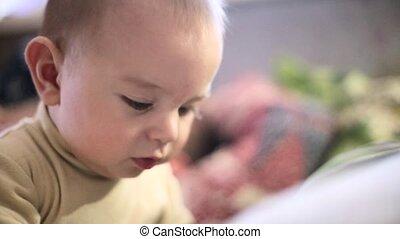 contrôle, garçon, peu, éloigné, regarder, appareil-photo., bébé, home., jouer