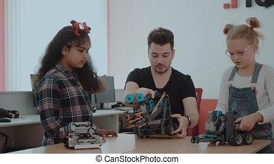 contrôle, projet, gosses école, groupe, school., fonctionnement, teacher., ensemble, créatif, machine, technologie, régler, robotique, mélangé, éloigné, racial, enfants