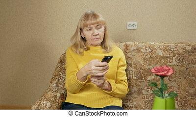 contrôle, reposer, femme, éloigné, commutateurs, tv, dur, vieilli, divan, canaux, concept, elle, day., vacances, home., après