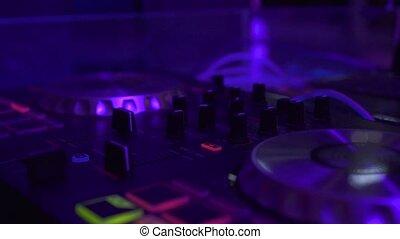 contrôle, vie, console, coloré, équipement, danse, lumière, concept., nuit, haut, o, club., musicequipment, professionnel, musique, nightclub., dj, mélange, fin, enregistrement