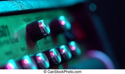 contrôle, volume, buttons., amp., culbuteurs, lumière colorée, amplifier., néon, main, guitare, virage, musique, vue, boutons, augmenter, mâle, panneau