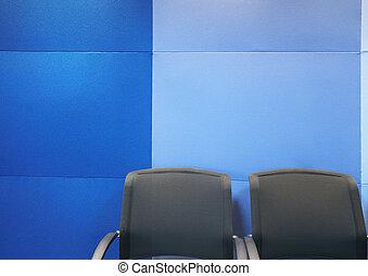 contra, pared azul, sillas, oficina
