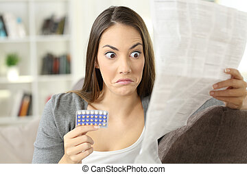 contraccettivo, confuso, volantino, lettura ragazza, pillole