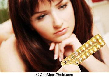 contraccettivo, donna, lei, giovane guardare, pillole