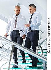 contract., schauen, treppenaufgang, geschaeftswelt, zwei, unten, sicher, während, papier, bewegen, etwas, besprechen, geschäftsmänner
