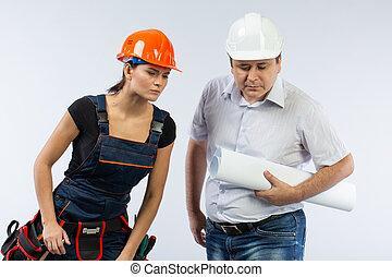 contratistas, gente, discutir, el plan, de, edificio, encima, fondo blanco
