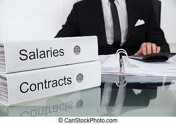 contrats, homme affaires, calculer, salaries