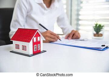 contratto, contract., casa, segni, femmina, modello, mano, architettonico, riesaminazione, proprietà, dietro, uomo affari, reale