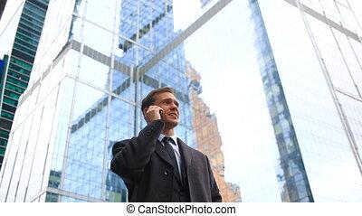 contre, confection, business, smartphone., fond, gratte-ciel, téléphone, homme, appeler, ville