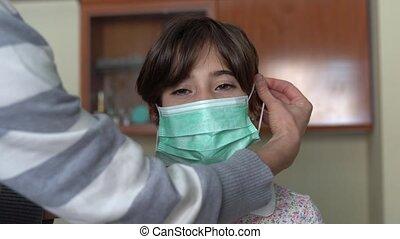 contre, mère, coronavirus, mettre, masque protection, fille...
