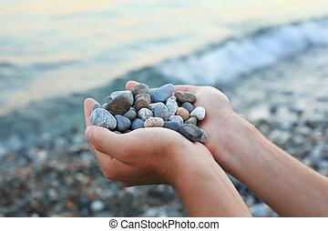 contre, mains, poignée, mer, pierres