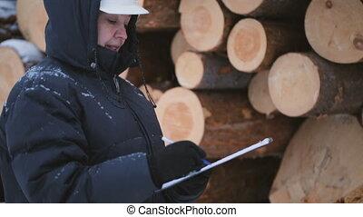contre, ouvrier, journaux bord, tablette, tas