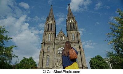 contre, touriste, regarde, prague, église, carrée, vue inférieure, dos, ciel, bleu, tchèque, girl, rue., magnifique, ludmila, république, paix