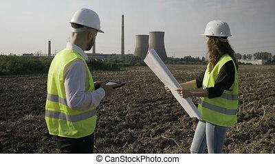 contremaître, et, jeune, femme, ingénieur, discuter, projet, détails, utilisation, pc tablette, et, plan, extérieur, près, pétrochimique, usine