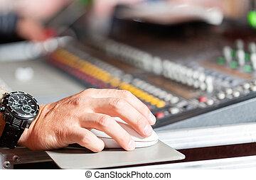 controle, fader, mannelijke , producent, console., opname, geluid, studio, bureau, vermenging muziek, hand, of, ingenieur