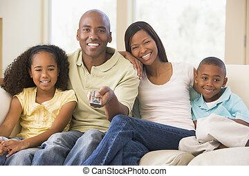 controle, vivendo, remoto, sala, família, sentando, sorrindo