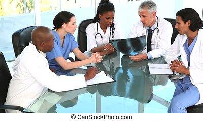 controleren, bureau, terwijl, het glimlachen, artsen, rontgen, zittende