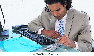 controleren, gebruik, zakenman, getallen, rekenmachine, computer