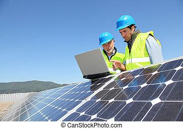 controleren, opstelling, ingenieurs, zonnepaneel