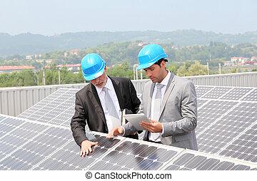 controleren, opstelling, panelen, zonne, ingenieurs