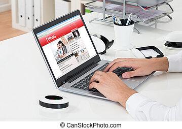 controllo, notizie, laptop, businessperson, linea