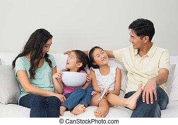controllo, vivente, remoto, stanza, famiglia, seduta, divano, ciotola, casa, felice