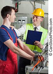controllore, parlare, con, lavoratore fabbrica