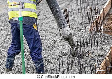 contruction, arbeiter, gießen, beton, leiten, der, pumpe,...
