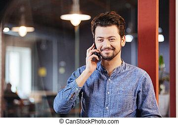 conversa homem, telefone, em, escritório