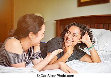 conversa, mulher, dois, cama, jovem