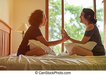 conversa, mulher hispânica, dois, cama