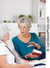 conversación, mujeres mayores, dos, teniendo