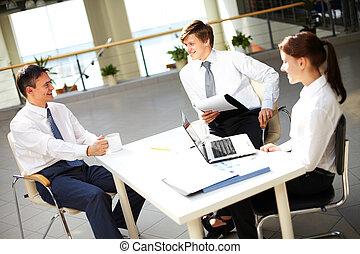 conversando, escritório