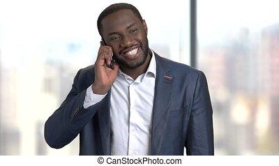 conversation, afro-américain, beau, téléphone., homme affaires