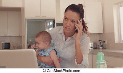 conversation, bébé, mère, tenue