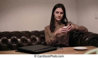 conversation, café, téléphone, femme affaires