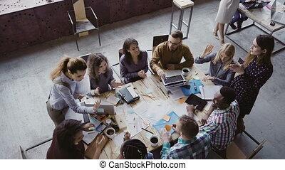 conversation, collègues, fonctionnement, business, bureau., sommet, moderne, créatif, élevé, sourire, cinq, équipe, chaque, autre., vue