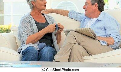conversation, couple, personnes agées