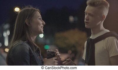 conversation, couple, rue, jeune