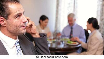 conversation, déjeuner, homme affaires, téléphone affaires
