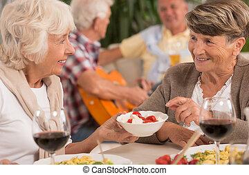conversation, dîner, femmes, pendant