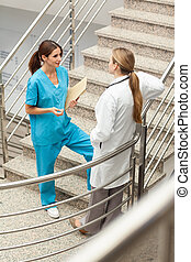 conversation, docteur, cage escalier, infirmière, ensemble