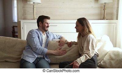 conversation, famille, séance, sofa, couple, jeune, conversation, avoir