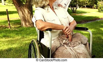 conversation, fauteuil roulant, femme, infirmière