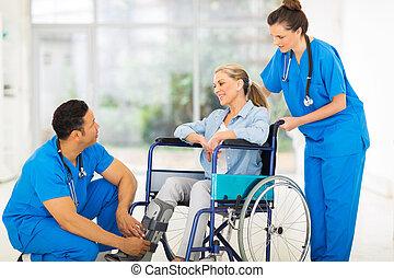 conversation, fauteuil roulant, patient, récupération, docteur