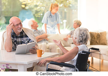 conversation, femme aînée, ami